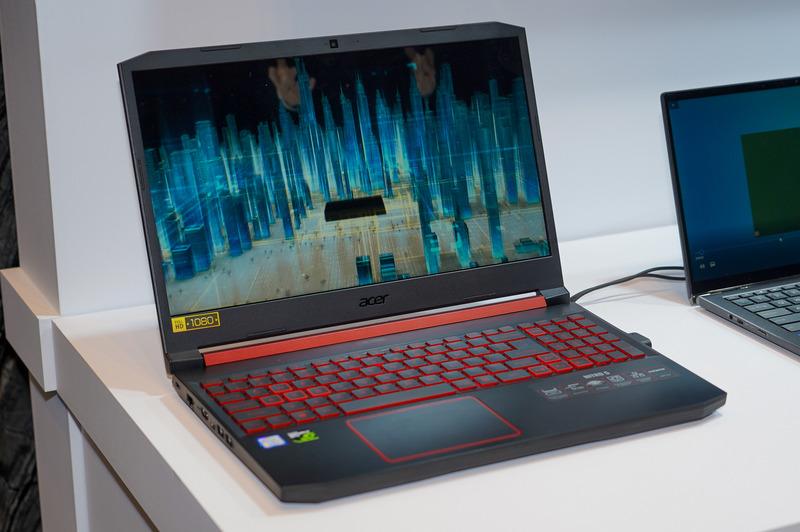 Intelが公開した144層のQLC NANDを搭載したSSDを組み込んだPC。実際にプレゼンテーションで利用された