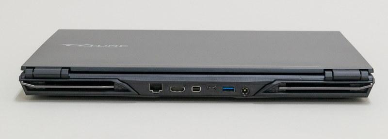 背面はGigabit Ethernetのほか、HDMIやMini DisplayPort出力などの画面出力系をまとめて配置。こちらのType-CもUSB 3.1対応だが、DisplayPort Alt Modeをサポートしているゆえに画面出力が可能
