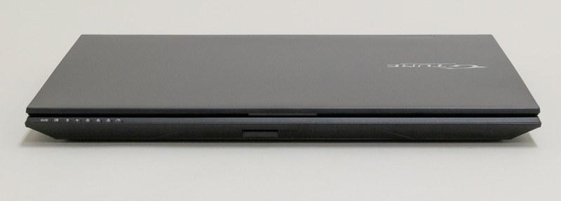 筐体正面にはアクセスランプなどのインジケータLEDのほか、中央にUHS-II対応のSDカードリーダを配置