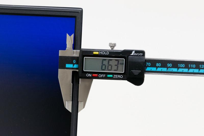 液晶左右のベゼルの太さは実測約6.6mm、上側は約9.7mmだった