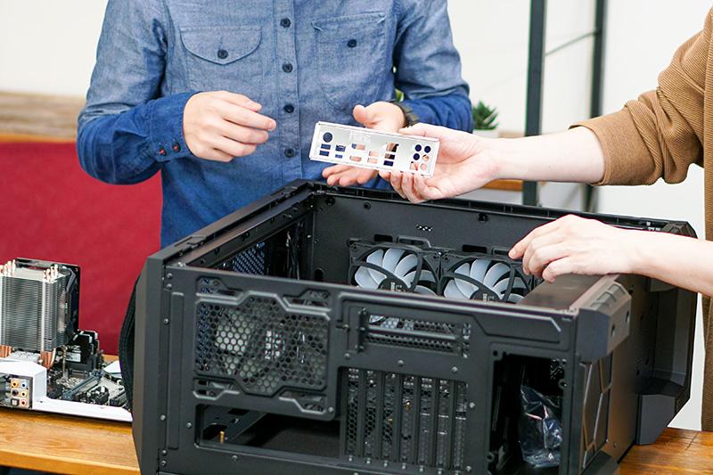 マザーボードをケースに取りつけるにあたり、マザーボードに付属するI/Oパネルをケースに取りつける