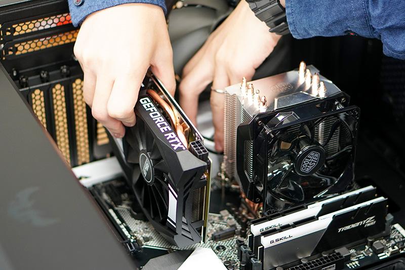 ビデオカードをPCI Expressスロットに対してまっす挿していく。写真ではわからないが、PCI Expressスロットの端にロックがあり、カードを奥まで差し込むと、これがカチッとロックされる