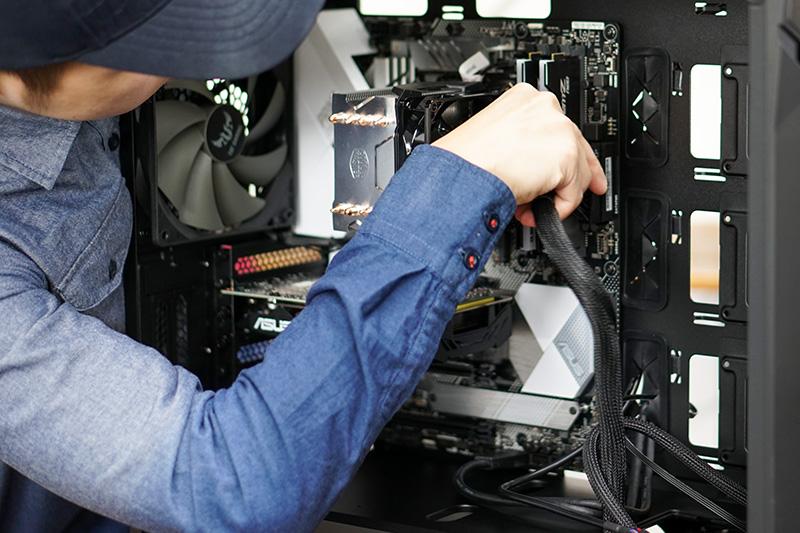 電源ユニットから伸びるATX電源コネクタをマザーボードに接続。これは1種類しかないので迷わない