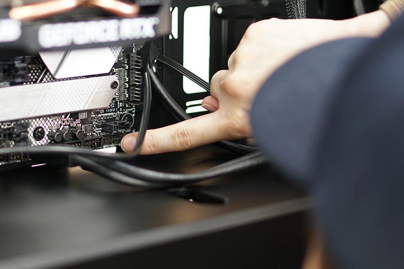 ケーブルの先のコネクタに「PWR」(電源)など記載されているので、マザーボードの説明書を見て、該当するピンヘッダに差し込む