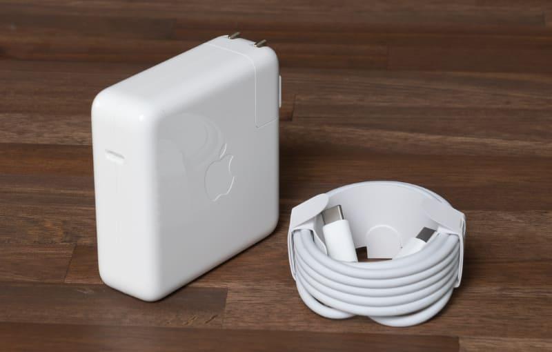 ACアダプタは出力96Wの「USB Type-C電源アダプタ」とUSB Type-Cケーブルを利用する。もちろんモバイルバッテリやUSB PD対応のスマートフォン用ACアダプタで給電することもできる(ただし保証外の行為となる)