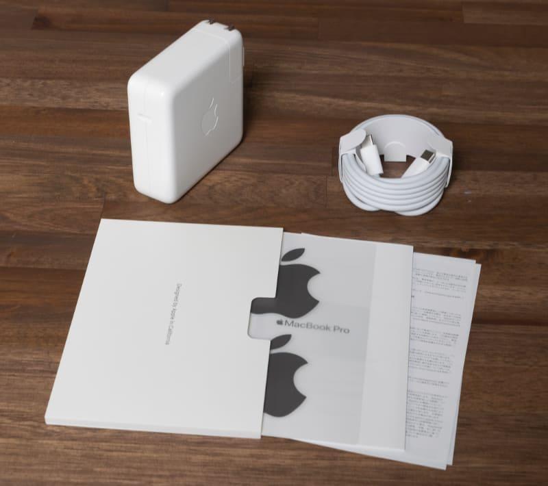付属品は相変わらずシンプル。紙のマニュアルはクイックスタートガイド程度しかついていない