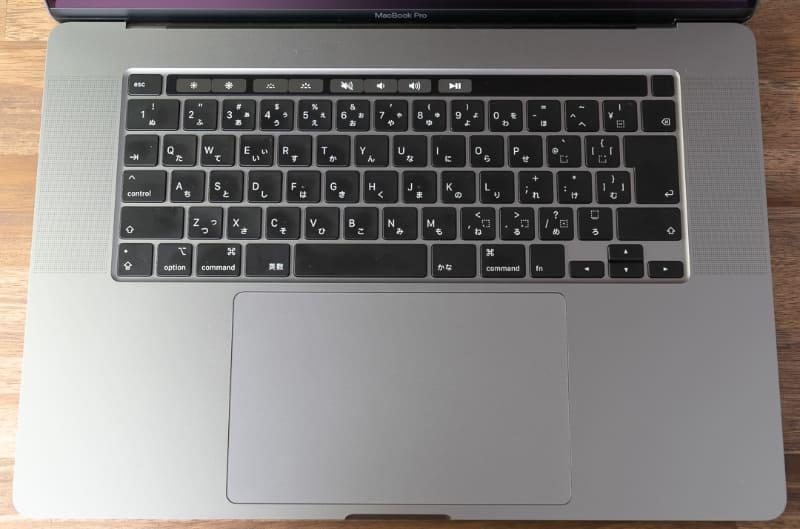 テンキーなし、ファンクションキー部はTouch Barで運用するのが最近のMacBook Proシリーズだが、MacBook Pro 16インチモデルではキーボードの機構そのものに大きな手が入っている