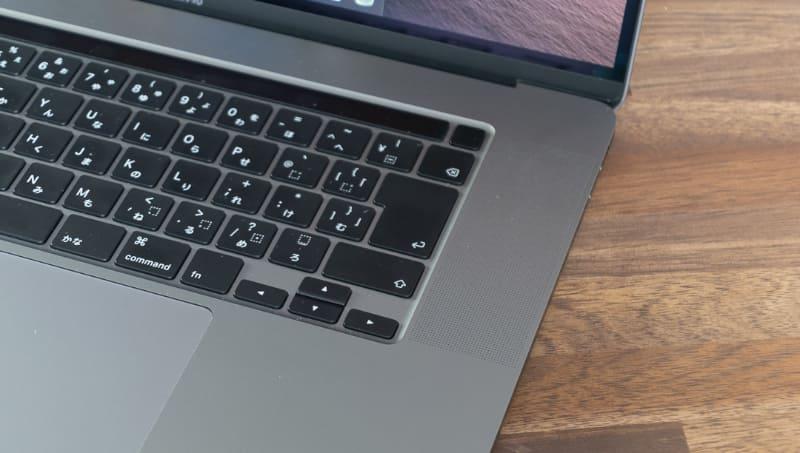 カーソルキーが山型になった! というのがニュースになるのはどうかと思うが、使い勝手の上がる変更点は歓迎したい。BackSpaceキーの上には指紋センサー兼電源ボタンが配置されているが、そのボタンもTouch Barから独立し、ほかのキーに合わせツヤ消し処理となった