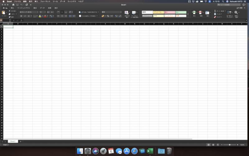 Excelのシートを画面に広げ、表示できる範囲を15インチモデル(左)と比較してみた(画面の情報量を一番高くした状態での比較)。MacBook Pro 16インチモデルのほうが解像度が高くなっているため、リボンインターフェイスの情報量も増えていることがわかる