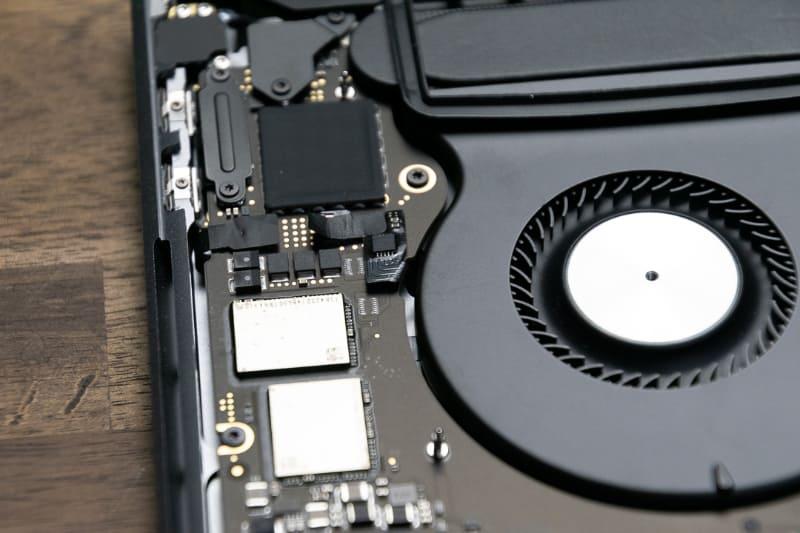 SSDはCPUとはやや離れた位置に実装されている。図の黒いチップがThunderbolt 3チップ(Titan Ridge)だが、その下に白っぽく見えるチップ(実際は金属光沢色)がNANDフラッシュだ