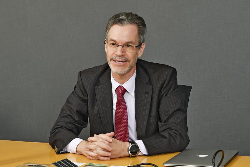 ウエスタンデジタルジャパン代表取締役ジャパンセールス バイスプレジデント ラリー・スウィージー氏。ウエスタンデジタルジャパンの全ブランドを統括する営業部門の最高責任者。日本IBM、Conner Peripherals K.K(東京)、Y-E Data(日本)を経て、サンノゼにあるIBM Corporationにて主要なOEM HDD顧客向けにセールスを、またLCDパネルのOEM事業においてもグローバルセールスを統括した。大の親日家でもある