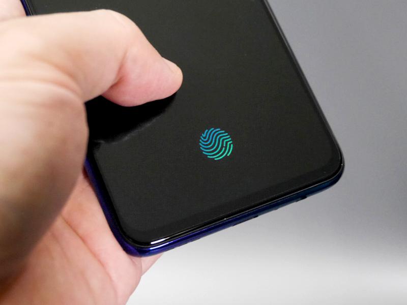 指紋認証は背面ではなく画面内で行なうタイプ