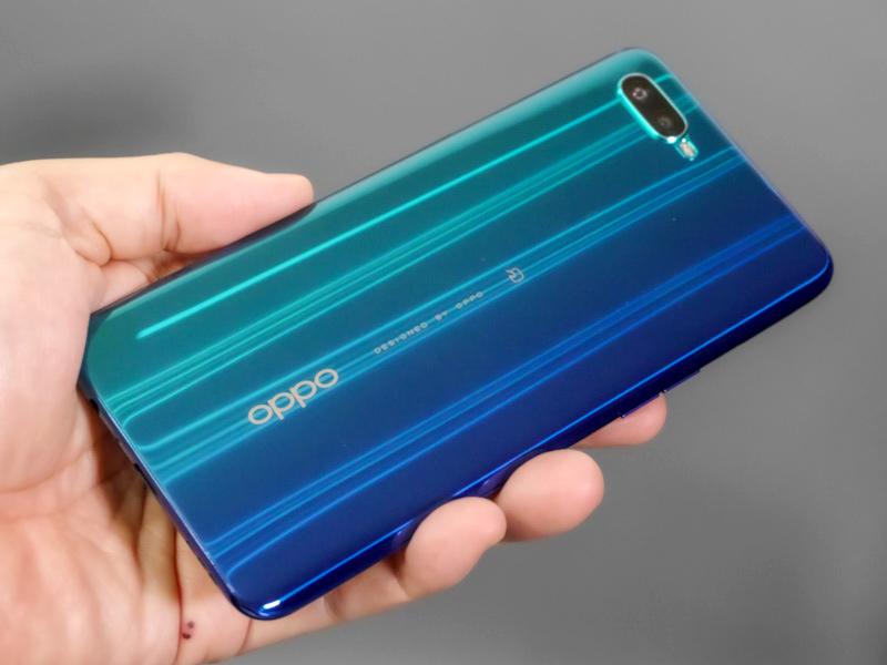 背面のデザインは高級感もあり、とても3万円台のスマートフォンには見えない