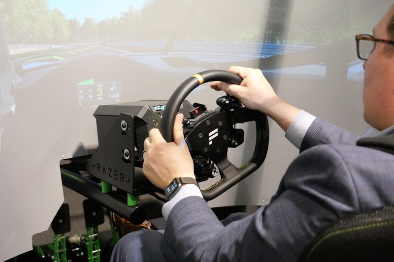 ステアリングもフィードバック機能を搭載し、走行状況に応じて堅さが変わり、反動も伝わる