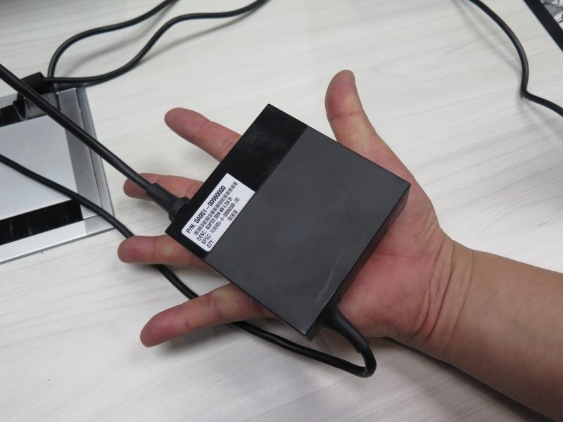 手のひらサイズのACアダプタ。これで300Wも出力できるのだから、GaNの力は偉大だ