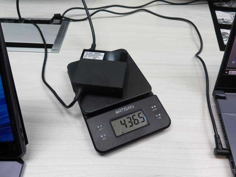 ACアダプタは436.5g程度だった
