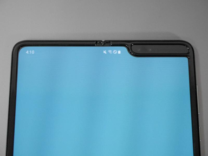 前面カメラを含むノッチ部分は中央ではなく右に寄せられている