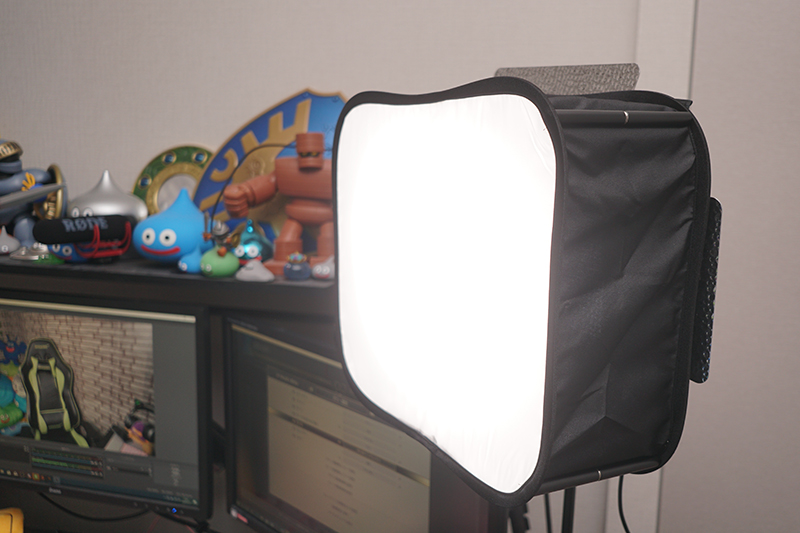 YongnuoのLED照明「YN-900」に専用のディフューザーを装着。PCデスクに別途購入したアームで取りつけた