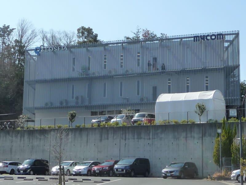 京都大学の桂キャンパス側から撮影したFLOSFIA(フロスフィア)の建物外観。左上にロゴマークが見える。2020年3月12日に筆者が撮影