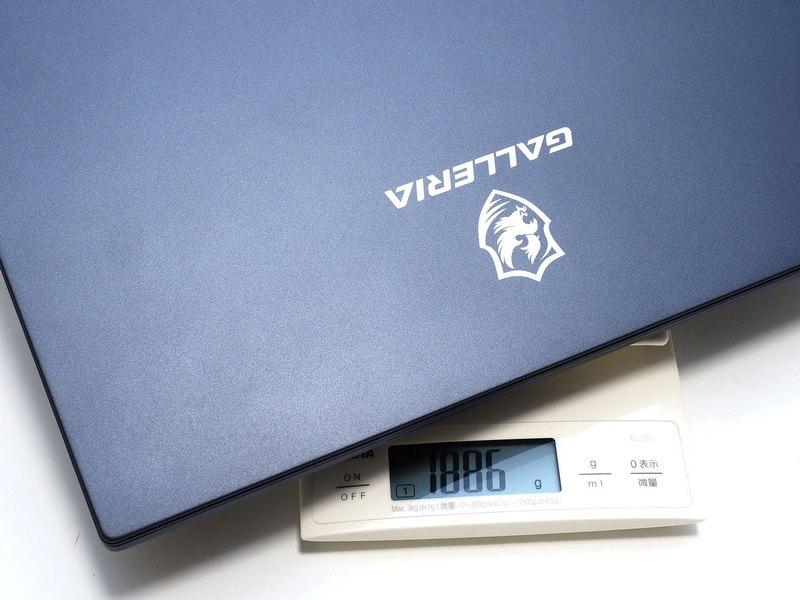 重量は約1.87kg。カスタマイズによって多少変化するが2kgを切る
