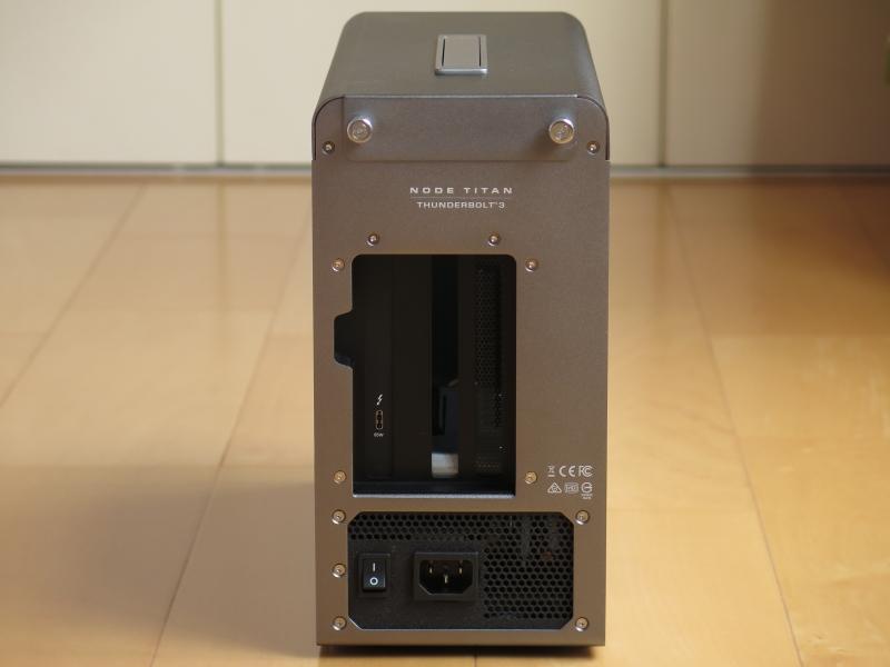 本体背面。インターフェイスはThunderbolt 3のみだ。上部の手回しネジを回せば上部カバーが外れて内部にアクセスできる(ネジは上部カバーに固定されたまま)