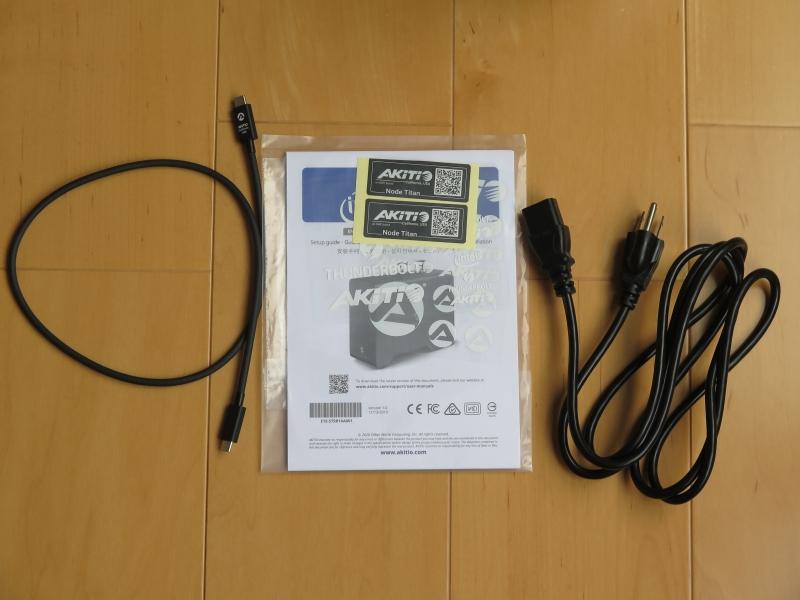 Thunderbolt 3ケーブル、説明書やタイバンド、電源ケーブルが付属。なお、電源は3ピンタイプのため注意されたい