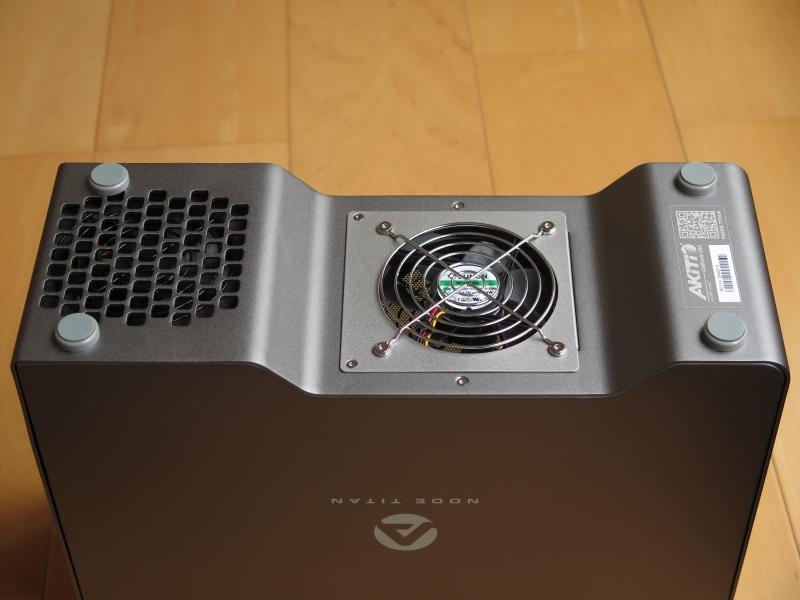 本体底面。電源ファンと排気ファンが見える。排気ファンは床から離れており、熱がこもることを防いでいる
