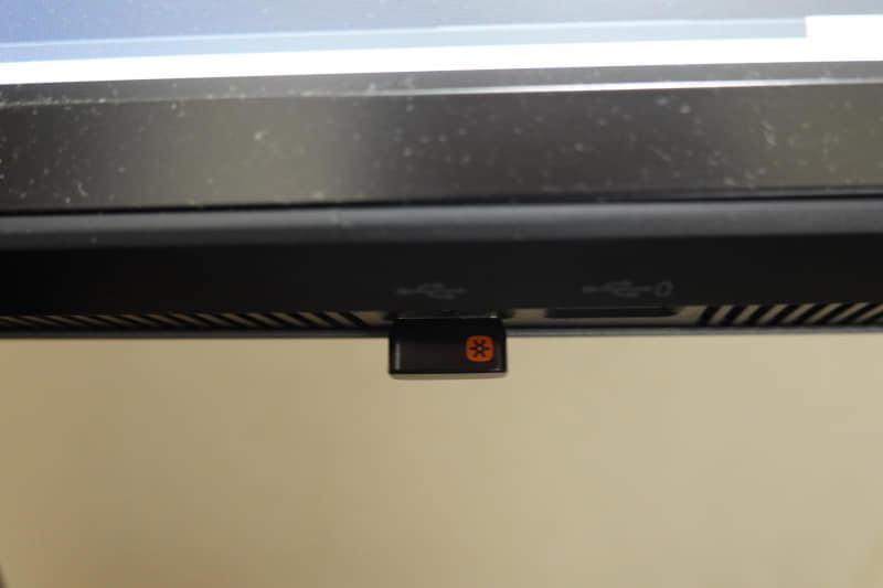 ディスプレイの左側下部にはUSB Type-A×2があり、1つは充電用として利用可能。ただ、このようにマウスのドングルをつけるぐらいだといいが、USBケーブルだとディスプレイからケーブルがダラーンとなるので見た目が悪くなるだろう