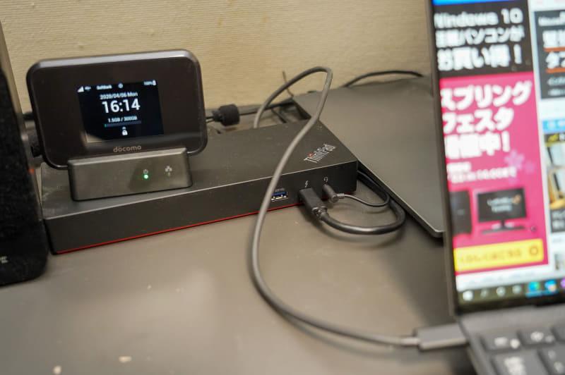 レノボのThunderbolt 3ドッキングステーションをPCとディスプレイの間にはさんでいる。帯域を必要とするストレージやLANなどはドッキングステーションに接続し、ディスプレイにはおもに映像信号だけを流すようにしている