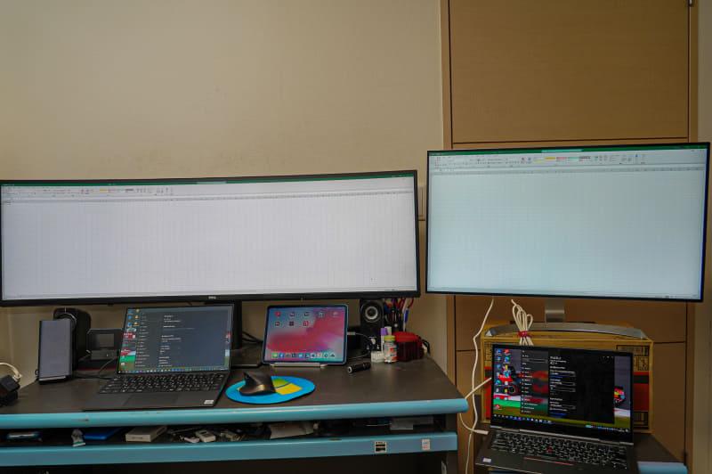 左がデルのU4919DW、右がLG 32UD99(32型4K)をおいて比較しているところ。左側のU4919DWは100%のスケーリングで縦が48セル、横が68セル。LDの32UD99は150%のスケーリングで縦が50セル、横が34セル。横はほぼ倍になっていることがわかる