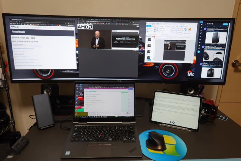 AMDのカンファレンスコールを聞きながらノートPCでメモを取っているところ。右側のiPad ProではOtterアプリを利用して文字起こし。U4919DWには資料やTwitter画面などを表示させている