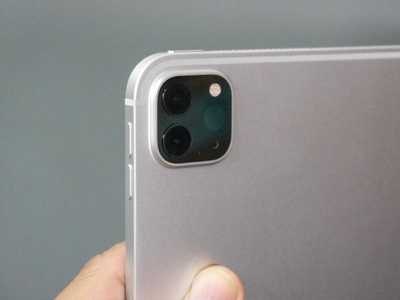 超広角レンズの搭載によってiPhone 11ライクになったカメラ部。上面に電源ボタン、側面に音量ボタンという配置は変わらない