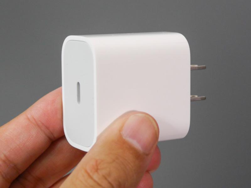 付属のUSB Type-C充電器。最大18WのUSB PDに対応する。モデルは従来と同じ「A1720」
