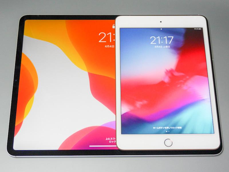 iPad mini 5を上に乗せたところ。筐体サイズはちょうど半分程度だ