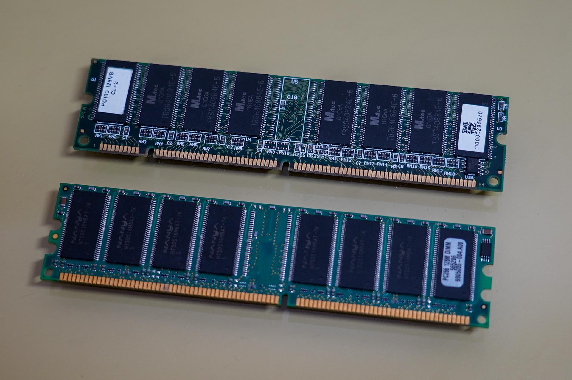 上がそれまでの100MHzのSDRAM(PC100)、下がDDR266とよばれるデータレートが266MHz(実際のクロックは133MHz)のDDR SDRAM、切り欠きの位置などが異なっていることがわかる
