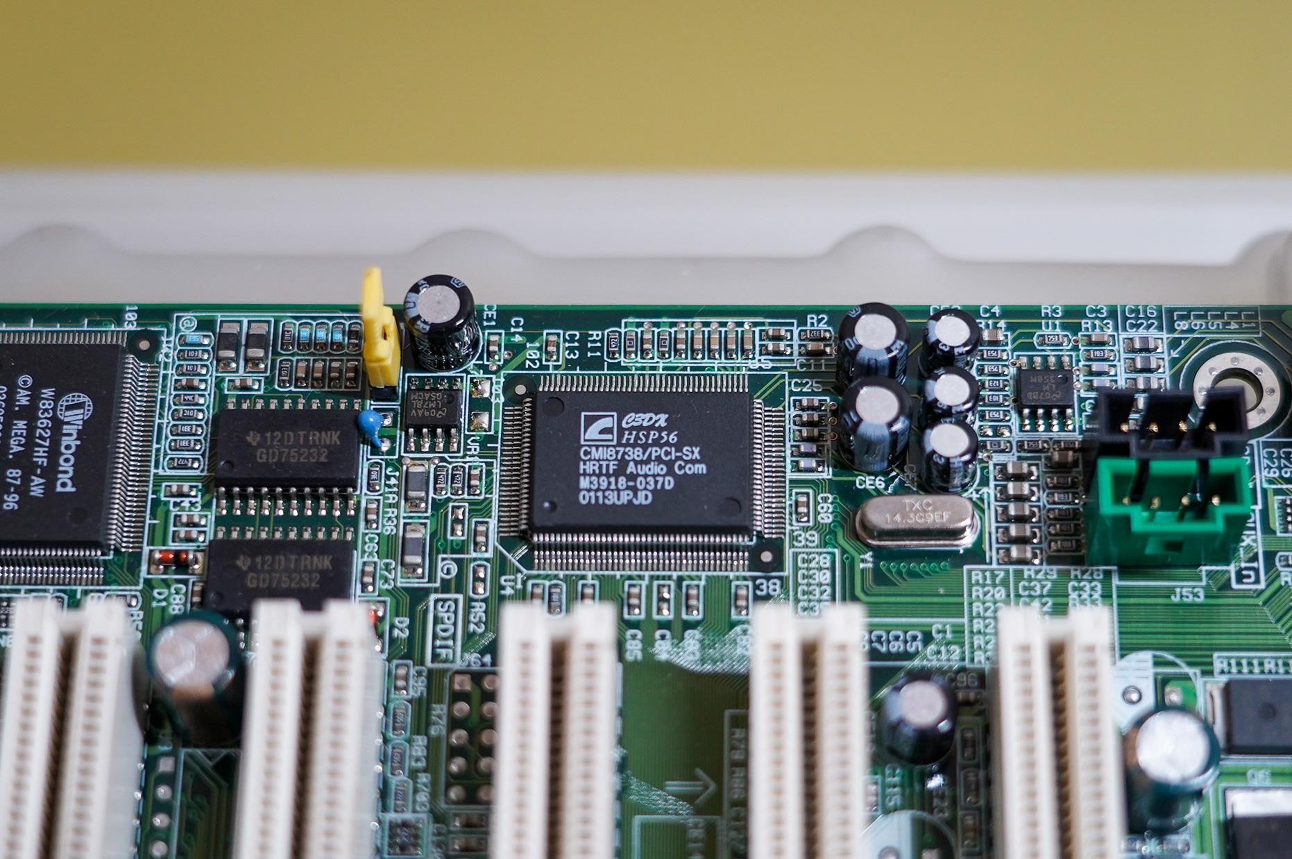 オーディオコントローラはC-MediaのCMI8338、当時のマザーボードにはオンボードオーディオコントローラとしてよく搭載されていた
