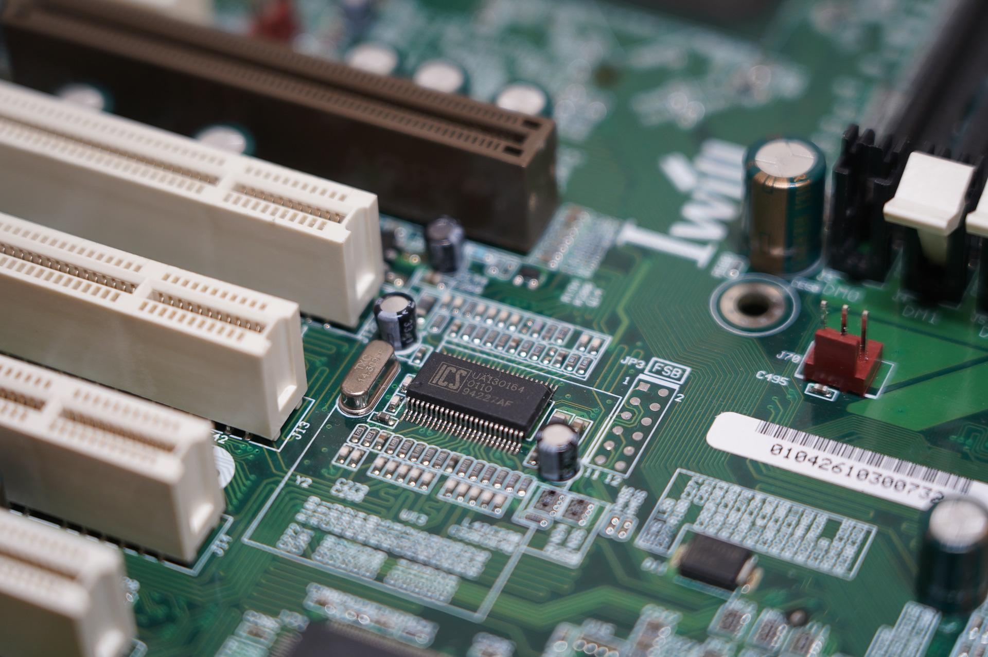 ICSのクロックジェネレーター(UA130164)、DVD266シリーズにはPCIスロット近くにこのUA130164が搭載されており他、メモリ周りに同じくICSのUA120169Aという2つのクロックジェネレータが搭載されている