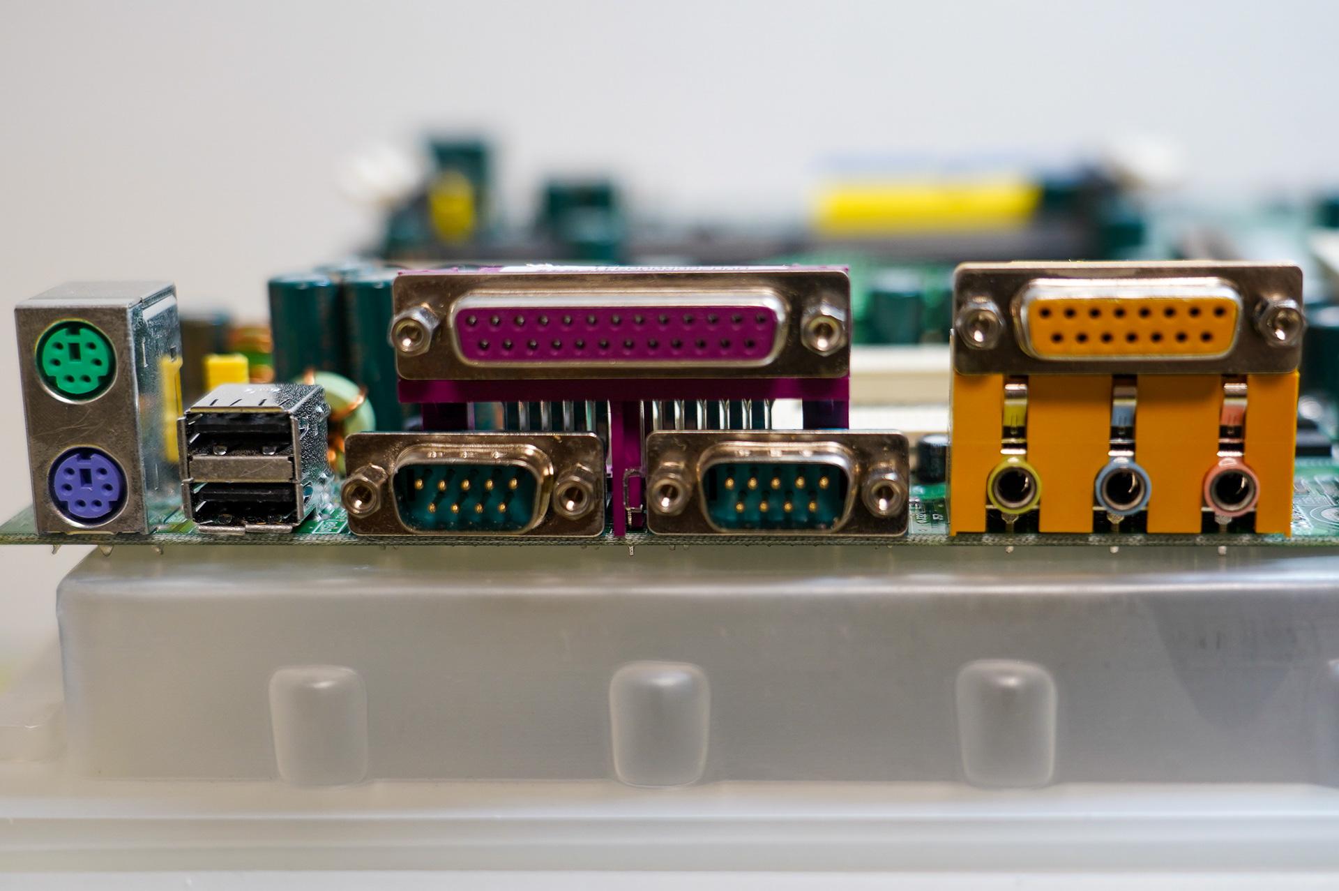 I/Oポート。PS/2ポート、USB×2、パラレルポート×1、シリアルポート×2、オーディオ入出力にゲームポート