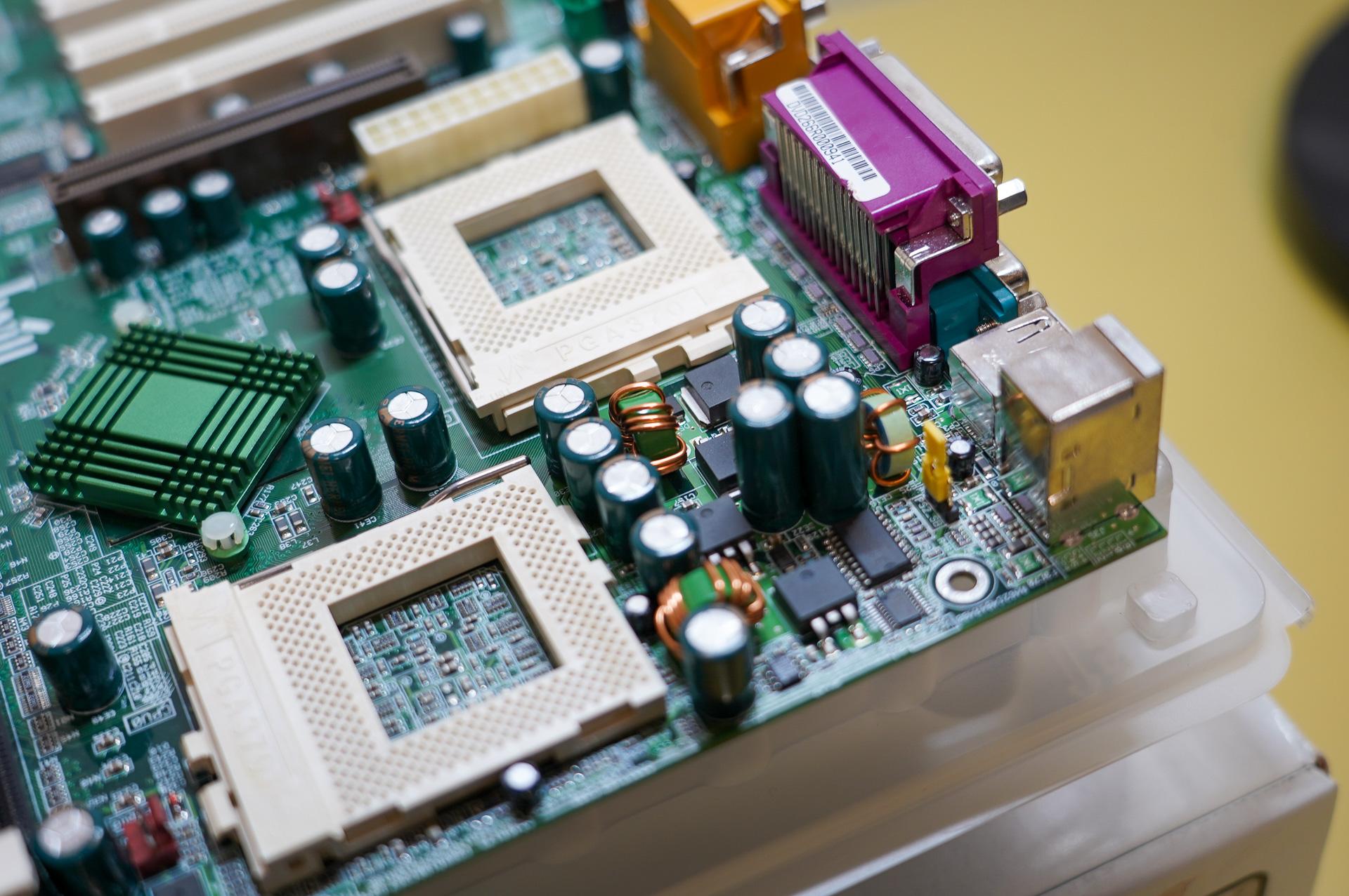 CPUのVRM(電圧変換モジュール)。今風に言えば4フェーズというところだろうか