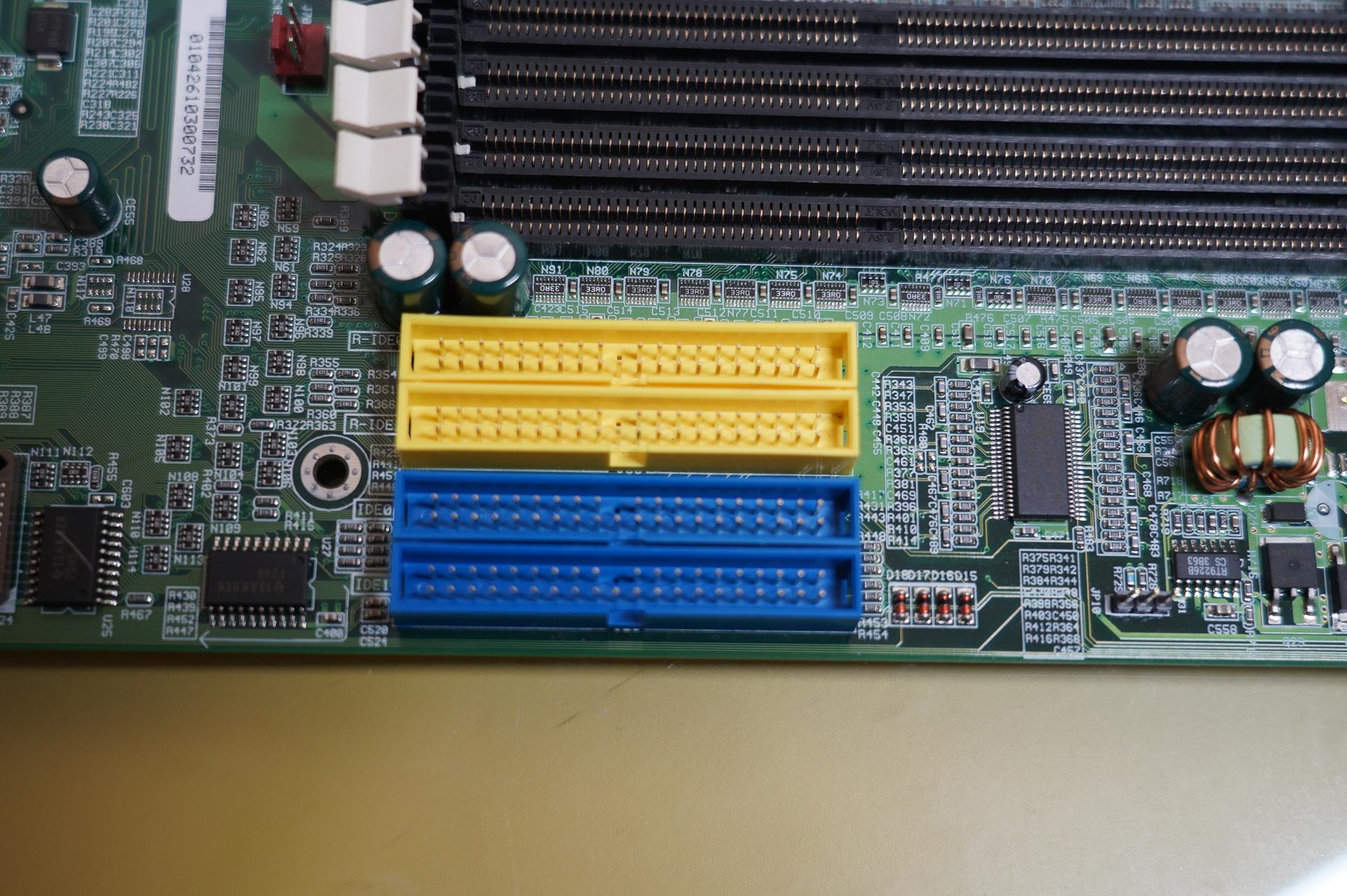 IDEコネクタ、上2つがRAID、下2つがサウスブリッジのIDEコントローラに接続されている