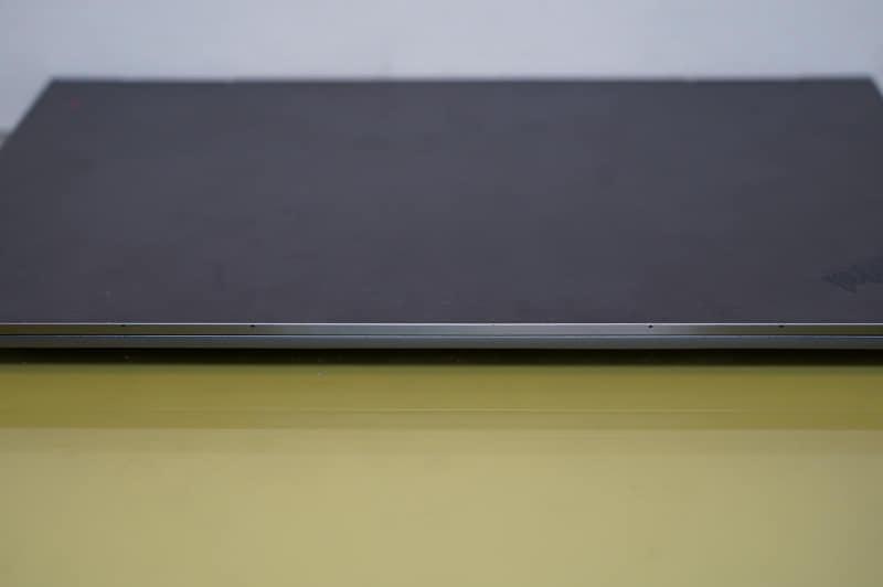 ThinkPad X1 Yoga Gen4の液晶パネル上部に4つ用意されている遠方界(Far-Field)マイク