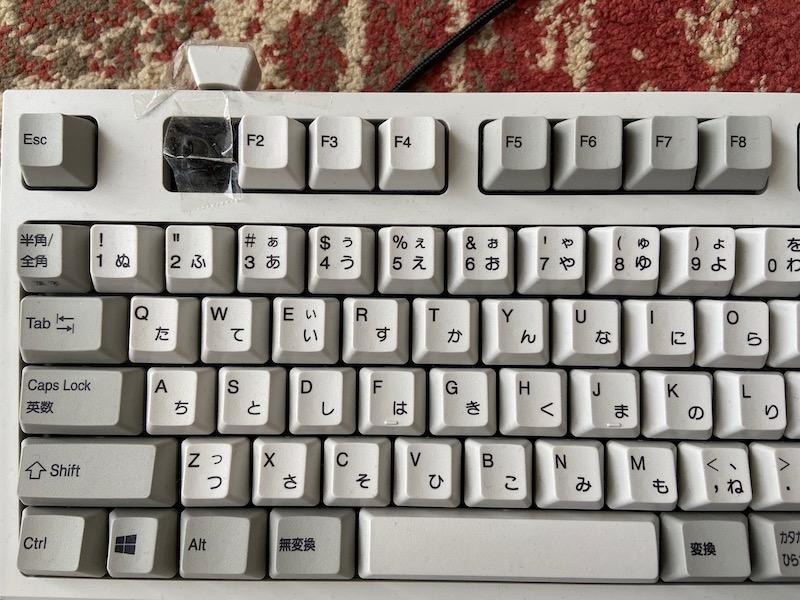 いきなりF1キーを「邪魔だから」と引っこ抜くアネサマ。Excel使いで参照セル確認のF2を多用するためだそうだ