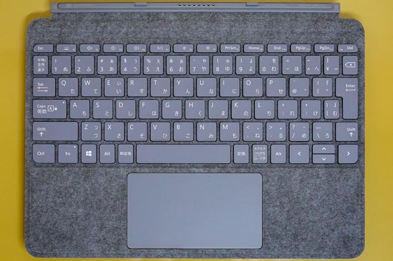 「Surface Goタイプカバーキーボード」のアイスブルー(Alcantara)、日本語配列は素直な配列
