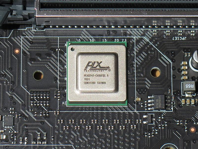 PEX8747を実装することでx8×4構成を実現している