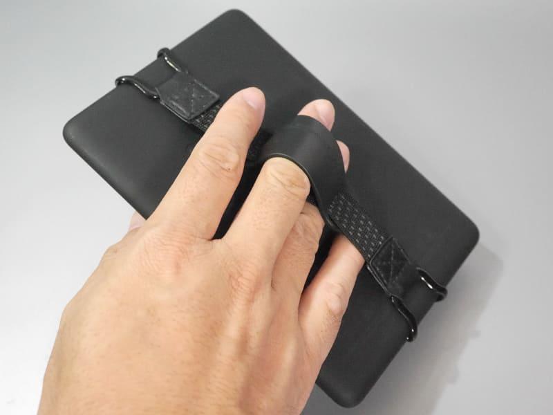 これはKindle Paperwhiteの例だが、このように背面からひっかけるグリップなどを導入し、片手で安定して保持できるようにすれば、操作性は向上するはずだ