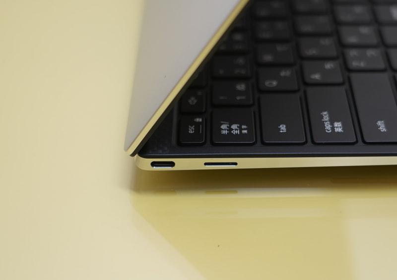 本体の左側面、DisplayPort Alt Mode対応のThunderbolt 3が1つと、microSDカードスロット