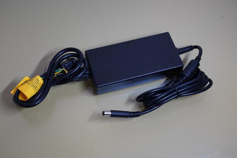 付属のACアダプタは180Wと大容量なのでデカイ。ただ、その分XPS 13に急速充電できる