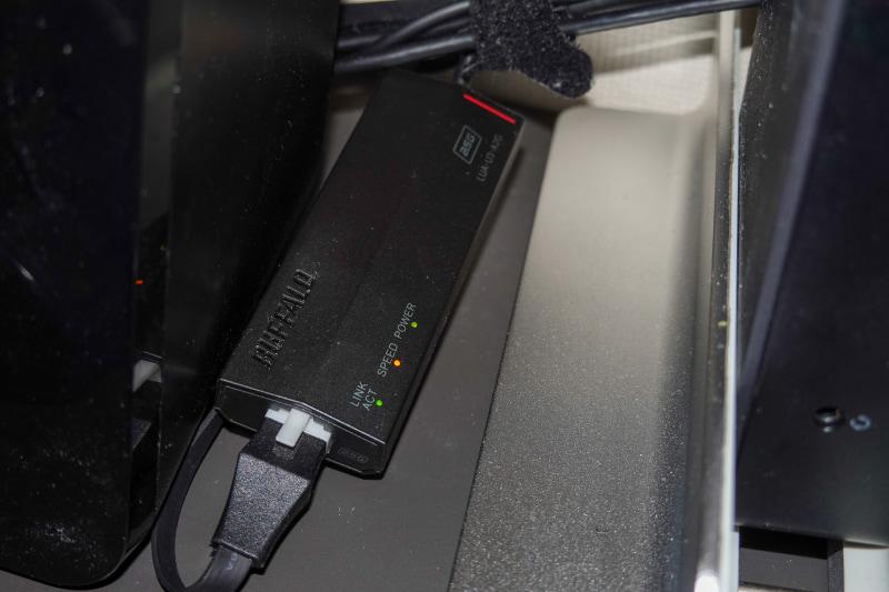 バッファローの2.5Gに対応したUSB Ethernetアダプタ「LUA-U3-A2G」、中央の「Speed」ランプがオレンジの時は2.5Gでつながっていることを示している