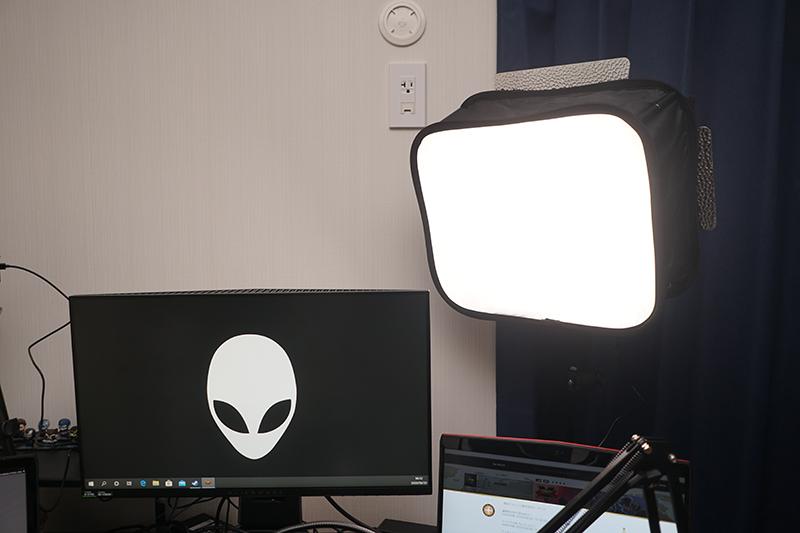 照明にはソフトボックスを取りつけ、アームでPCデスクに設置した