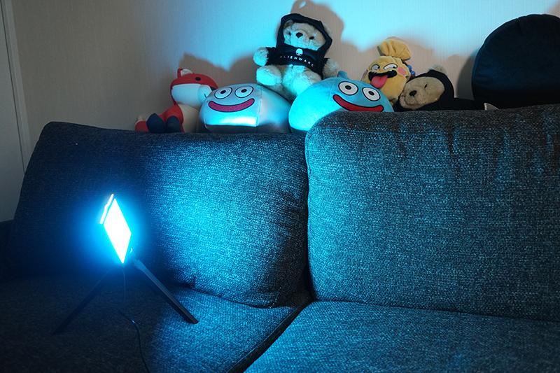 サブ照明に青のフィルターをつけ、壁を青くぼんやりと照らした